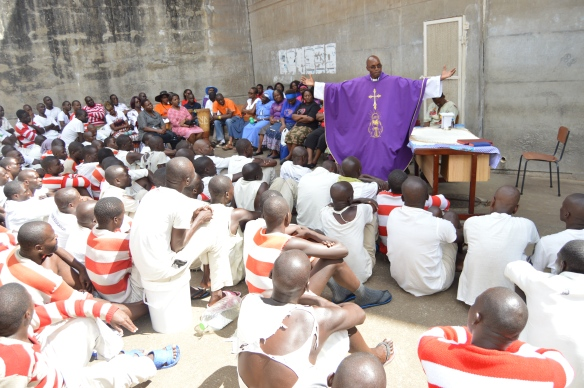 Fr. Kunaka preaches to prisoners during a visit to Chikurubi by Mercy Servants..JPG