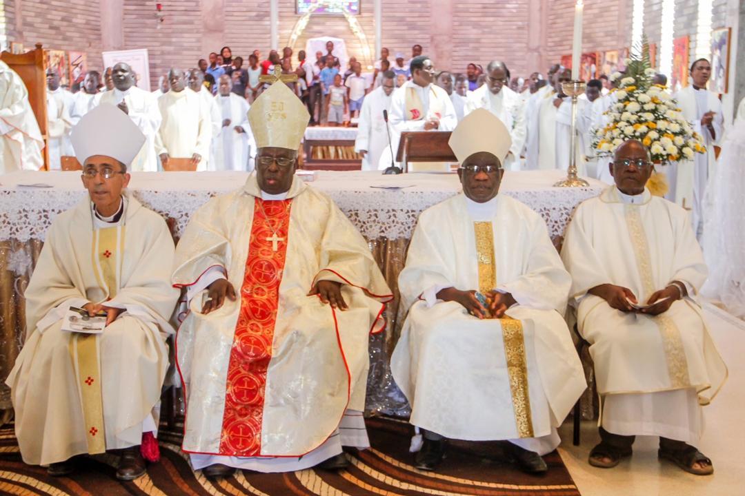Bishop Alexio Churu Muchabaiwa is seen here flanked by Bishop Albert Serrano of Hwange, Archbishop Robert Ndlovu of Harare and the Vicar General of Mutare Diocese, Fr. Ambrose Achagongon