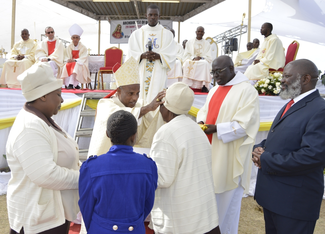 archbishop-alex-bless-mrs.-anna-mugadza-as-he-hands-over-the-plaque-of-honour-given-to-her-by-pope-francis..jpg